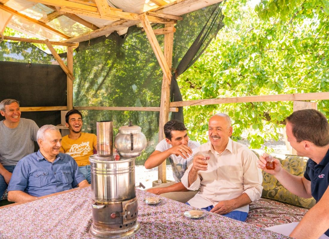 Consueta pausa thè tra i contadini nel distretto di Kale – Malatya, Turchia