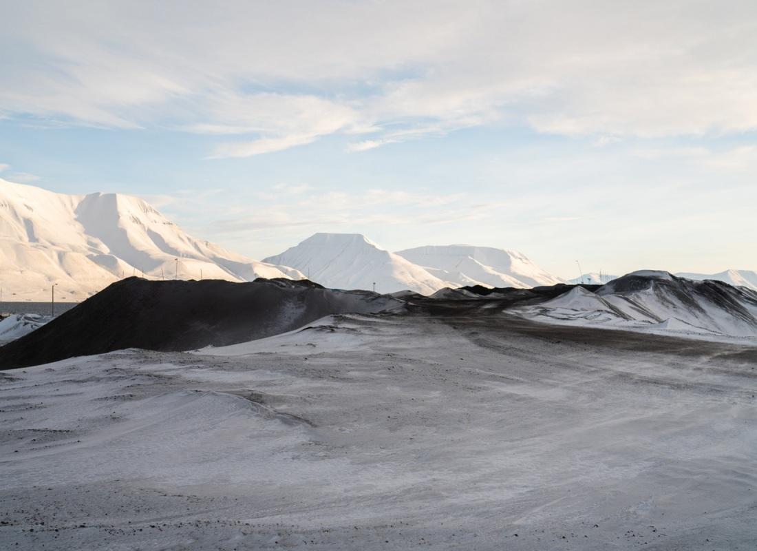 Tra il candore incredibile del paesaggio di ghiaccio, sulle Isole Svalbard è facile imbattersi in striature scure, nere.  E' il carbone, di cui l'isola è ricca. E' per il carbone che a inizio '900 è nata la cittadina di Longyearbyen.