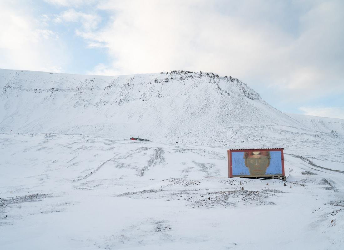 Un paesaggio incredibile dove l'uomo lascia le sue tracce. Tra i ghiacci e il carbone, nel contrasto tra bianco e nero, tra natura e civiltà,  spuntano i più sgargianti colori. L'arte artica si fonde nel paesaggio in una maniera sorprendente.