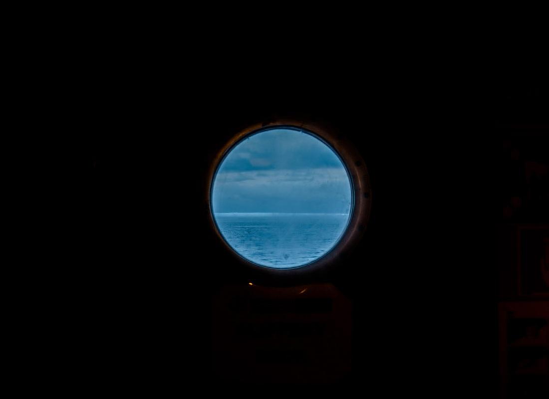 Contrasti. Una nave è un ammasso di legno e metallo che galleggia sul mare.  Il contrasto tra buio e luce, tra nero e blu è potentissimo. Così come le sfumature senza confini tra il mare, i ghiacci e il cielo.