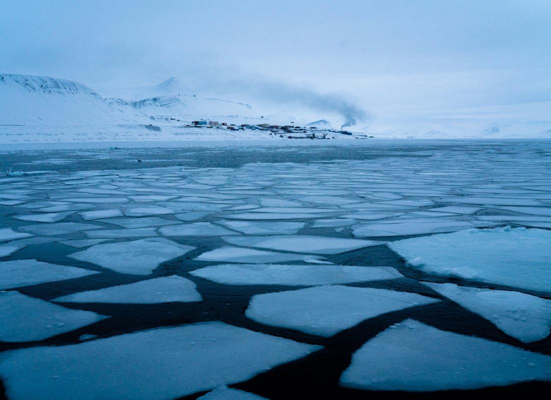 Oltre a Longyearbyen, cittadina con poco più di 2.000 residenti che oggi vive di turismo e ricerca scientifica dopo anni di minatori, qualche chilometro più a sud appare Barentsburg, avamposto russofono ancora abitato. Arrivarci in inverno è possibile solo via terra con le motoslitte. Per la via attraverso il mare è necessario attendere che la spessa coltre di ghiaccio che circonda il porticciolo di sciolga.