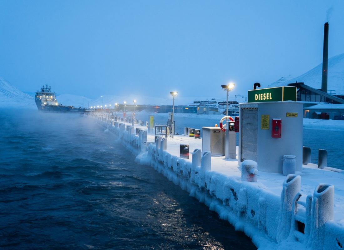 Nell'isola abitata più a nord del mondo, dove le temperatura d'inverno scendono sotto i 30 °C, l'impatto ambientale antropogenico è davvero alto. Si stima che gli abitanti delle Svalbard per riscaldarsi e per spostarsi abbiano l'impatto in co2e tra i più alti del mondo.
