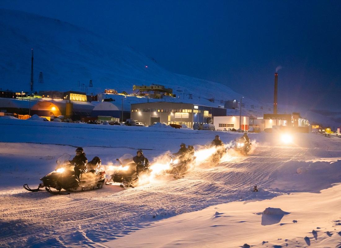 Il turismo è la più alta fonte di reddito dell'isola e nel tempo sta portando con sè diverse contraddizioni e sfruttamento del paesaggio.  E' facile, di notte, imbattersi in sfilate di motoslitte roboanti che sfrecciano sulle piste di neve battuta.