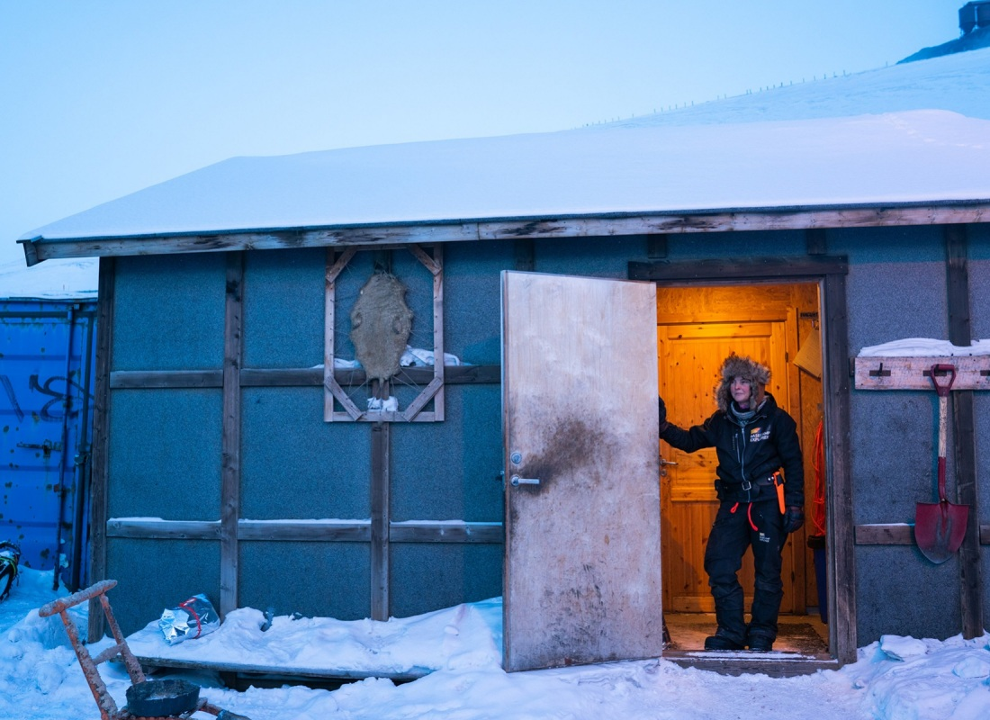"""Alle Svalbard ci sono coloni di città e coloni di """"campagna"""". Di valle e di neve, sarebbe meglio dire.  Qui una ragazza che gestisce un gruppo di cani da slitta, si riposa prima del lavoro."""