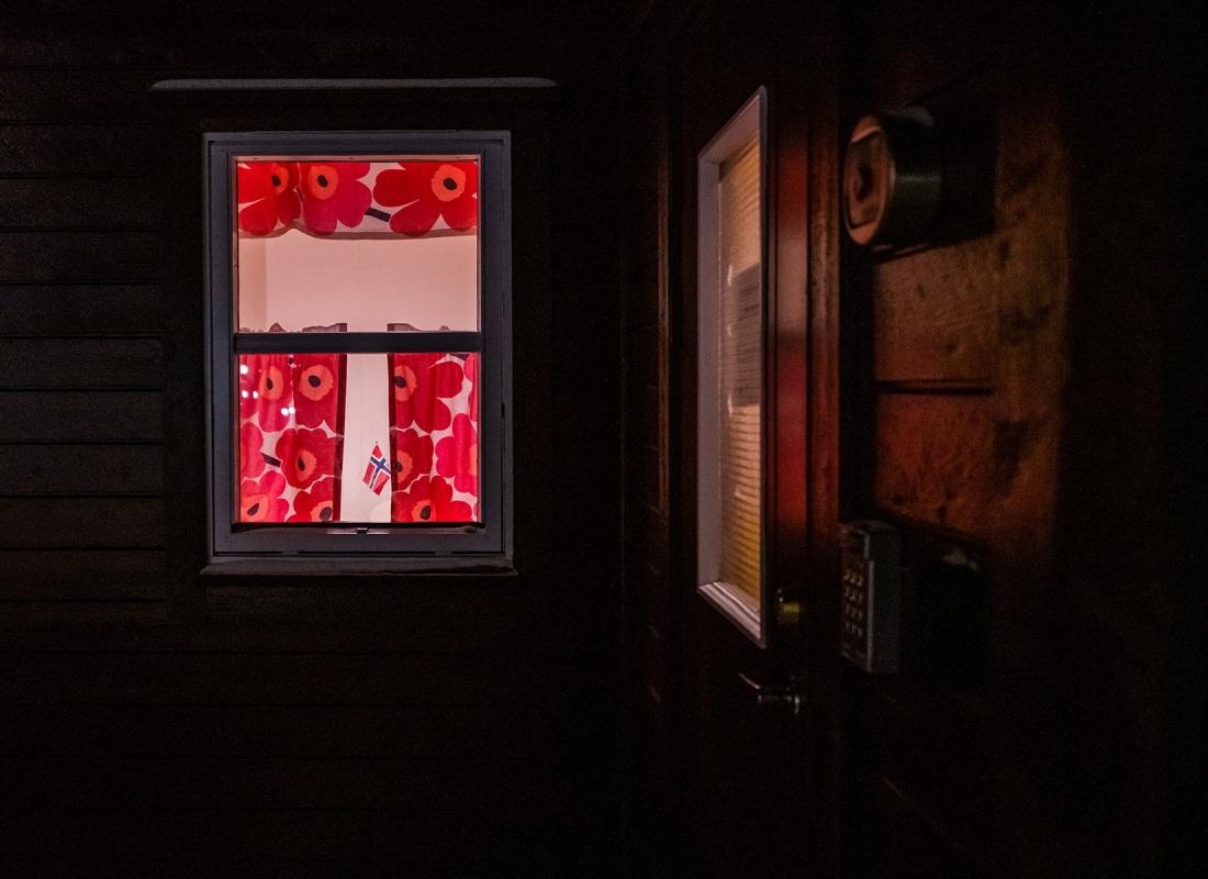 Le case alle Svalbard sono rifugio, protezione, vita. E' dove i cittadini, coloni, passano la maggior parte del tempo.  Sono calde e luminose. E patriottiche.