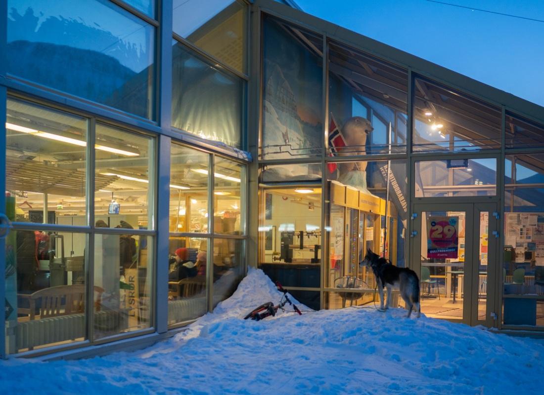 La Coop è la piazza di Longyearbyen. Centro nevralgico dove tutto succede, e dove puoi comprare tutto, dai mandarini agli smartphone. L'impatto ambientale delle forniture alimentari e non qui sull'isola è davvero rilevante, è importantissimo tenerne conto in ogni acquisto quotidiano. Ma spesso non ci sono alternative.