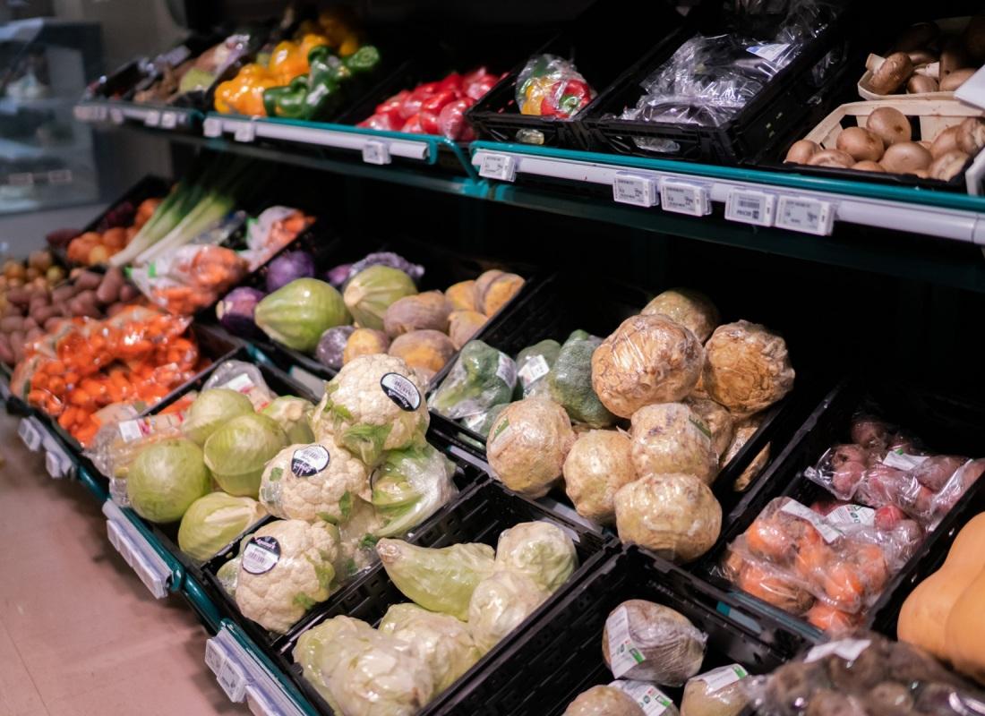 """Ogni verdure arriva qui dal Mainland, come qui chiamano la Norvegia """"di terra"""". Se va bene.  Ci sono verdure dalla Spagna, dall'Africa, dall'Italia: ognuna confezionata in plastica. E' necessario. E' necessario?"""