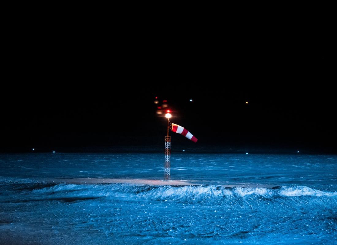 Ogni sera il vento si alza qui alle Svalbard. E' il vento del nord, nel vero senso della parola. La manica a vento più a nord del mondo sventola di speranza: un futuro diverso per questo paesaggio è possibile. Un futuro che passa tra le mani dei Coloni del nostro racconto.