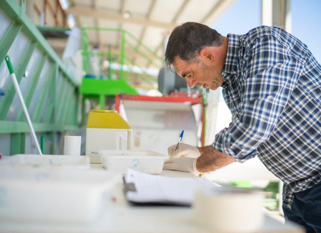 Un operatore in azienda misura l'umidità dei pistacchi. – Navalmoral de la Mata, Spagna