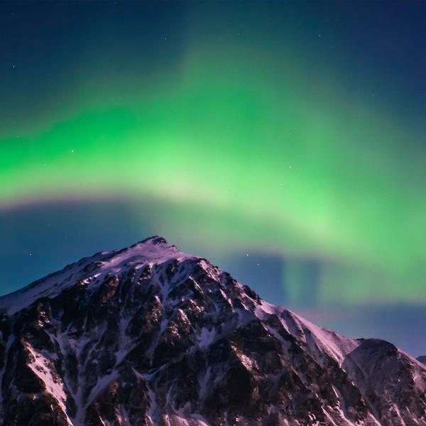 8-Il-peregrinare-della-luce-del-Nord-che-sovrasta-la-montagna-Prehistoric-Norway-Arctic-Visions